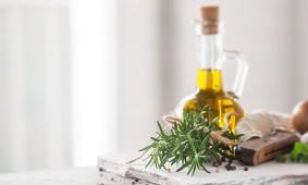 Stanchi di spendere fortune in creme? Ecco l'ingrediente prodigioso che tutti abbiamo in casa: il VERO olio extravergine d'oliva!