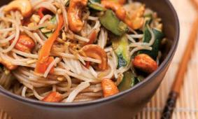 La ricetta di oggi: noodles con verdure, anacardi e salsa tamari